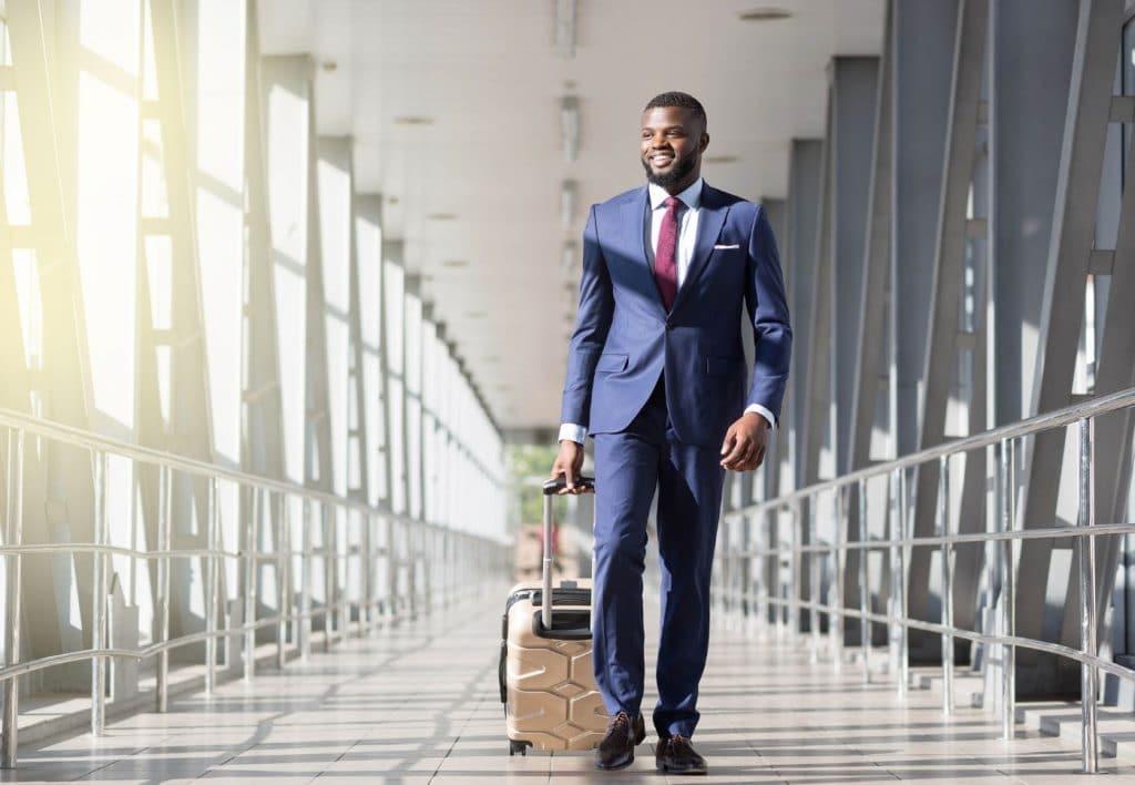 Homme élégant Aéroport