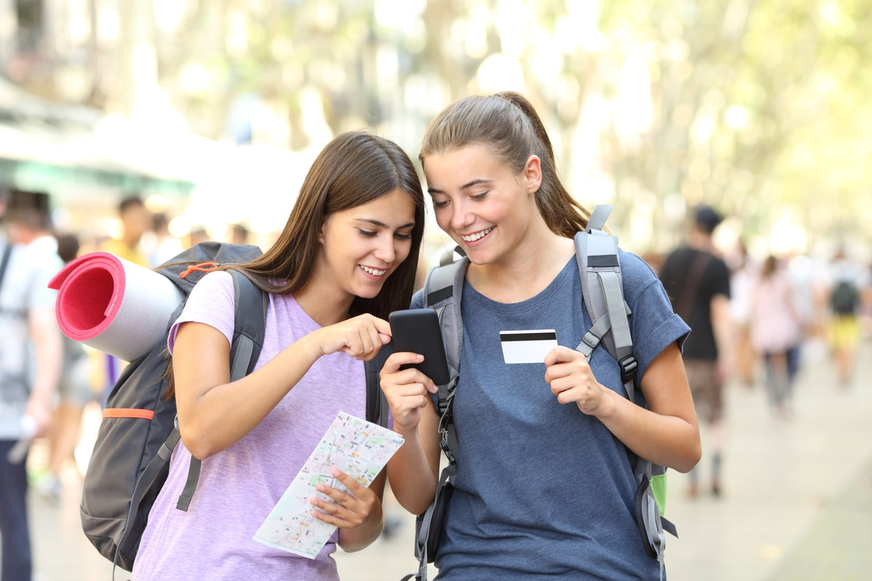 deux voyageuses payent avec leur telephone