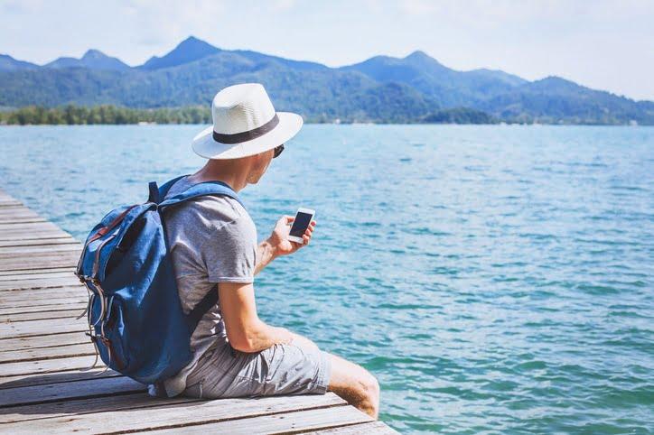 touriste paye avec son téléphone portable