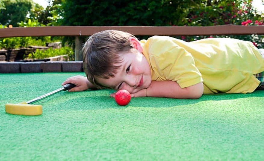 Enfant Joue Au Golf Miniature De Cabourg